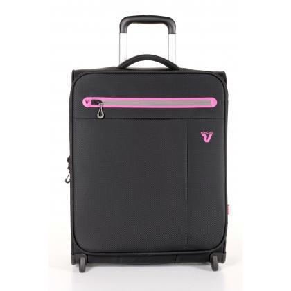 Puhafedeles bőrönd: A puhafedeles bőröndök is biztonságosan védik a benne lévő ruhákat és tárgyakat, akár bőr, akár textil az alapanyaga. Nézz körül a táska web...