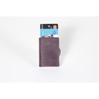 Kártyatartó: Kezeld kártyáidat biztonságosan és kényelmesen! Táska webshopunkban kapható praktikus és elegáns kártyatartók megóvják pénztárcádat a deformálódást...